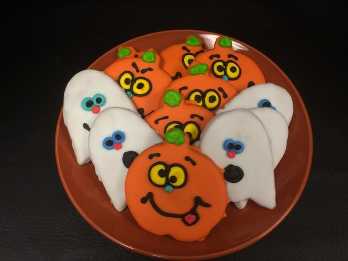 [Image: Add that extra touch of festivity to your Halloween season with decorative cookies! ]